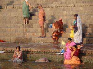 Morgentliches Bad im Ganges